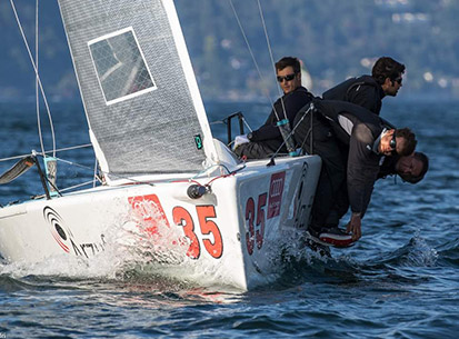 Il team Melges 24 Maidollis in azione con abbigliamento tecnico per la vela fornito da Sail Addiction